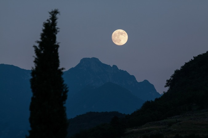 moon-182145_1280